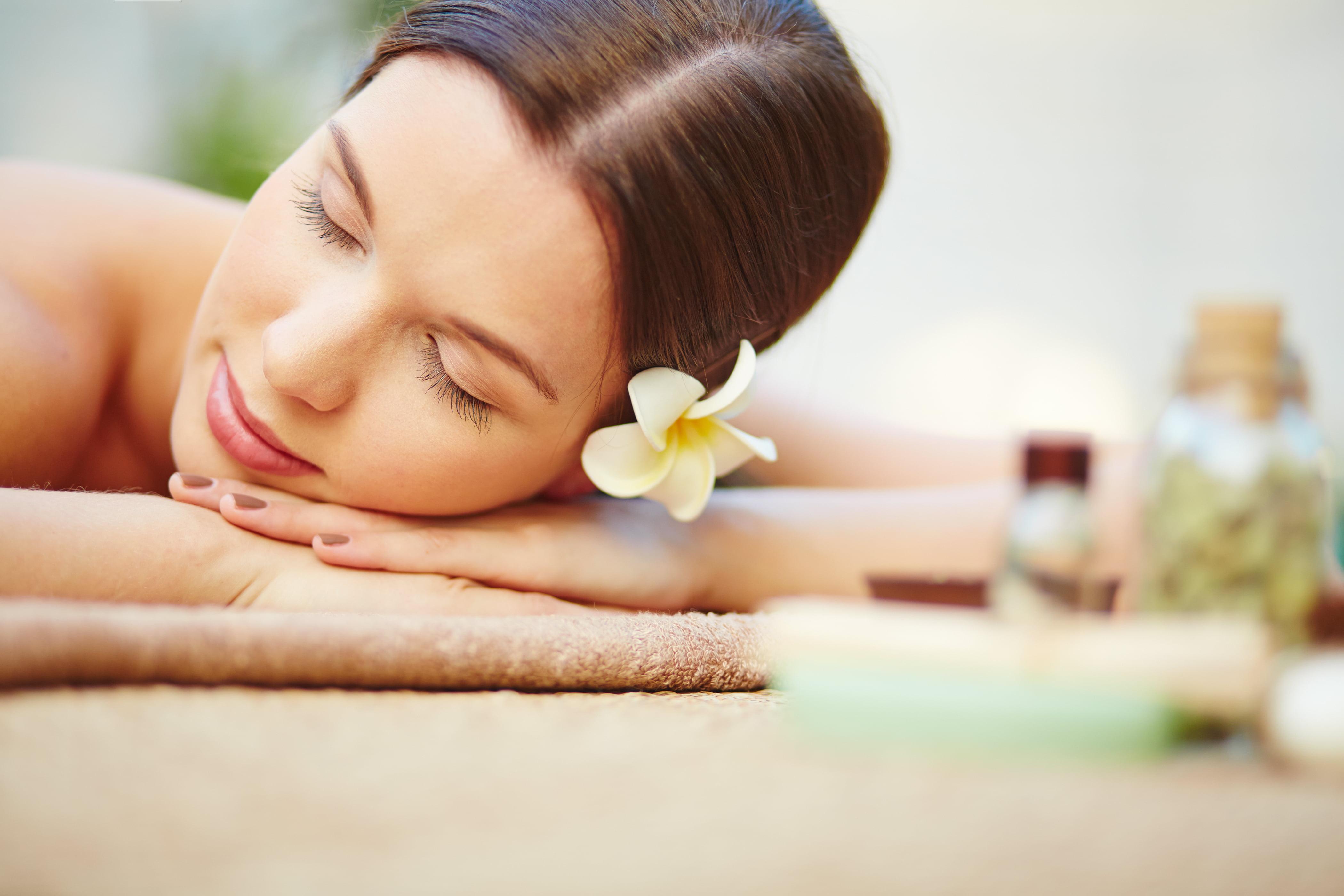 Femme se relaxe après un massage